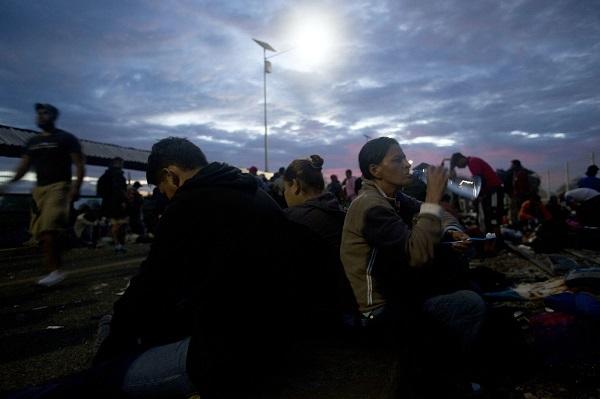 Migrant caravan swells to 5,000, resumes advance toward US