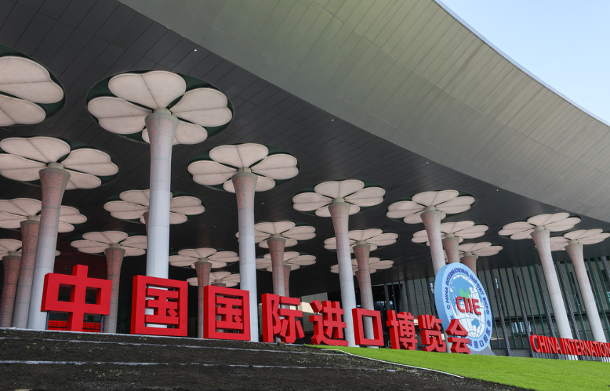 Over 5,400 volunteers go on duty for China's first import expo