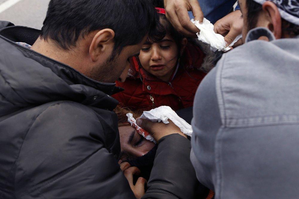 Migrants, Bosnian police clash at Croatia border crossing