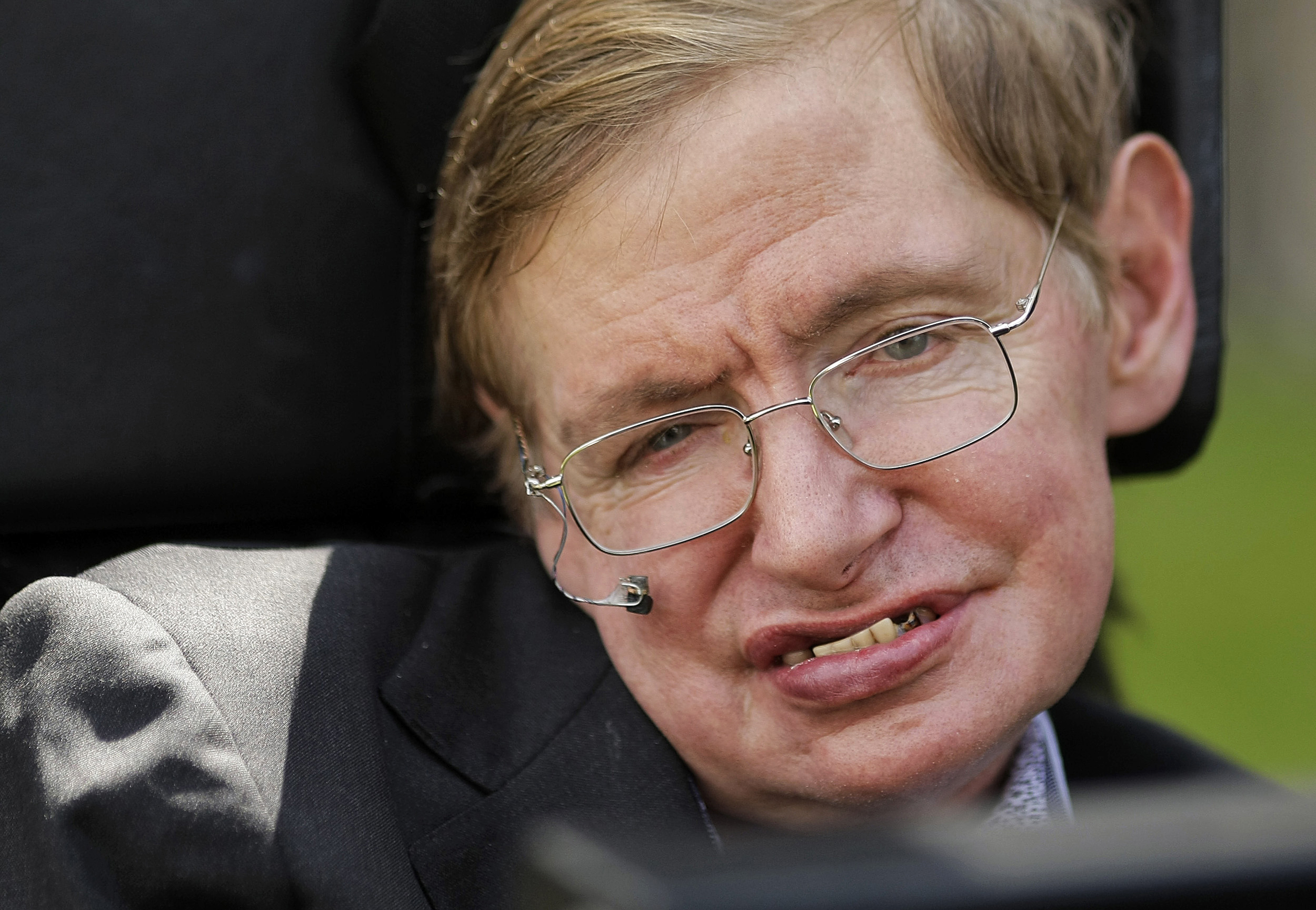 Stephen Hawking warned that 'superhumans', AI could bring humanity to an end