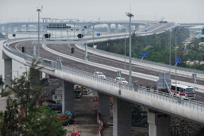 Mega-bridge adds charm to Chinese engineering