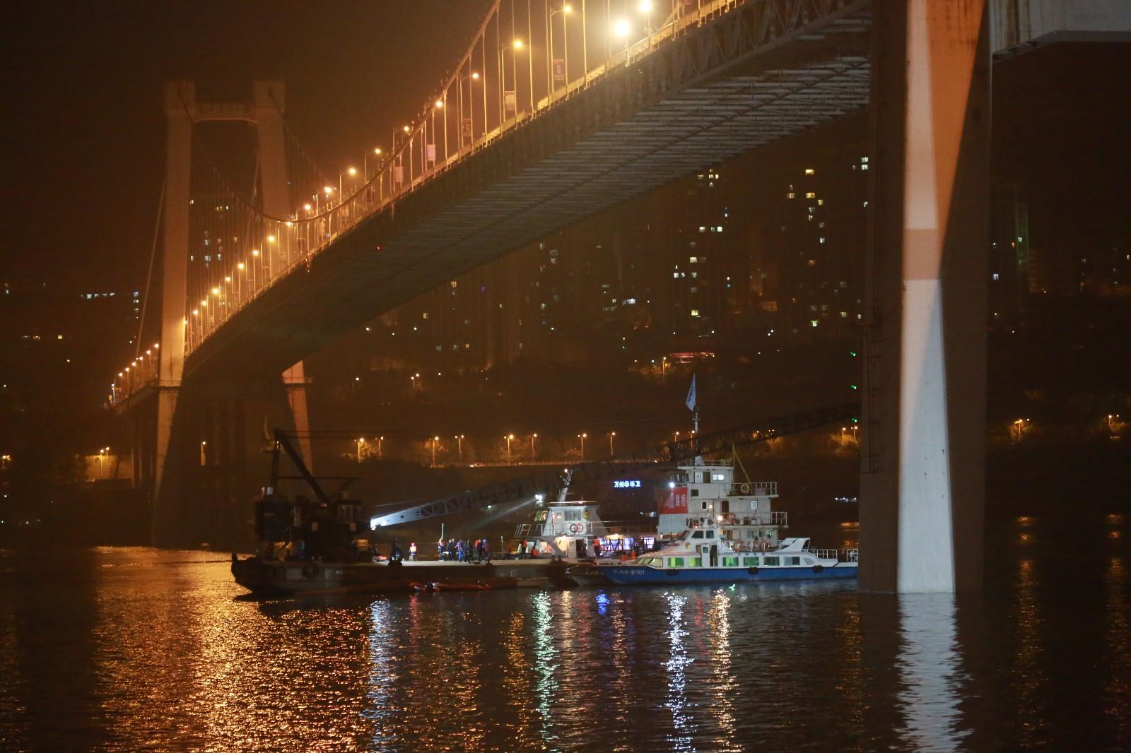 Photos: A bus plunges into the Yangtze River, rescue continues