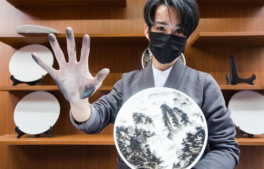 Finger painter becomes internet celebrity