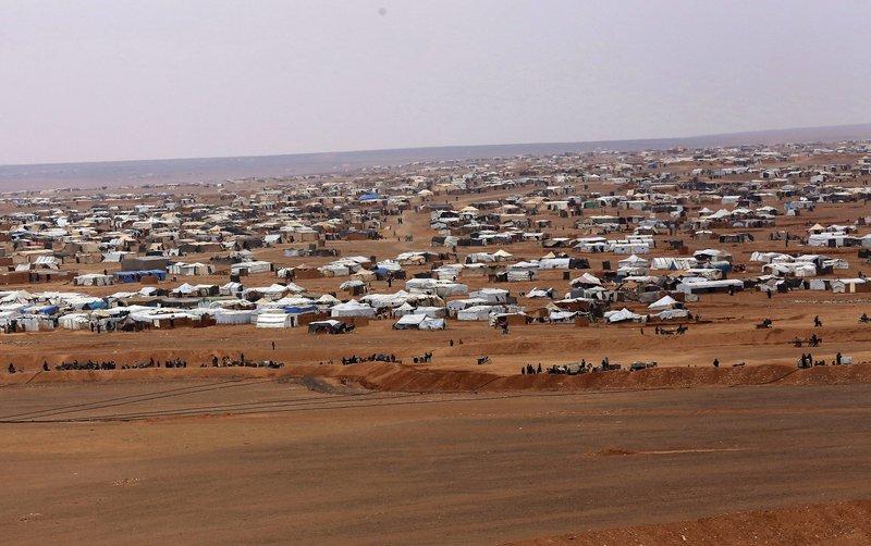 UN aid convoy reaches Syria desert camp near Jordan border