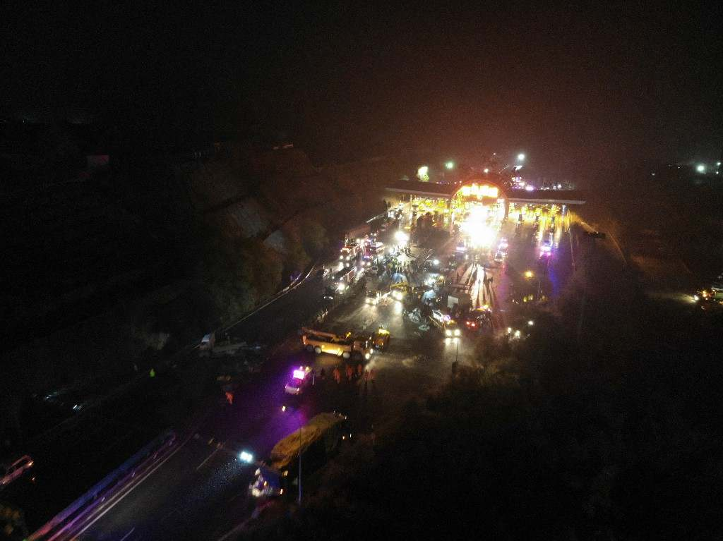 15 killed, 44 injured after highway pile-up in NW China's Lanzhou