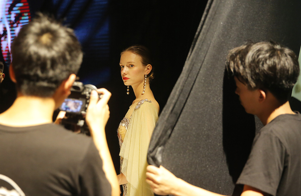 Young overseas models swarm into China before 'Singles' Day'