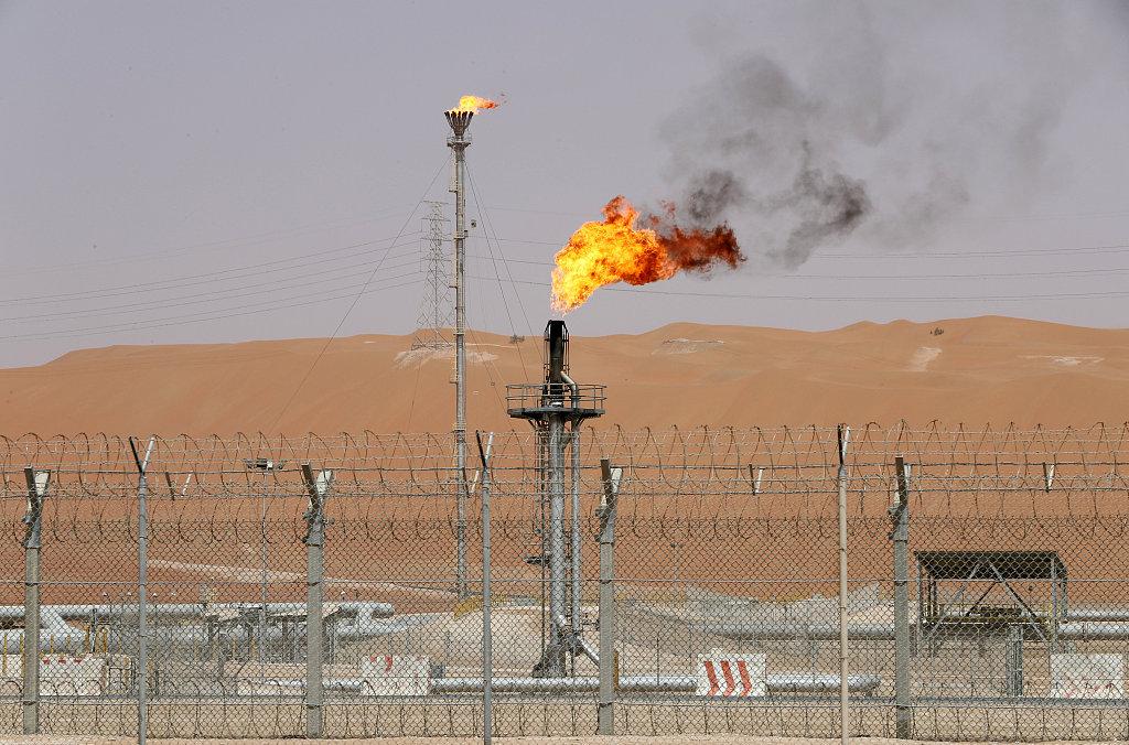 Saudi says to cut oil output as producers discuss price dip