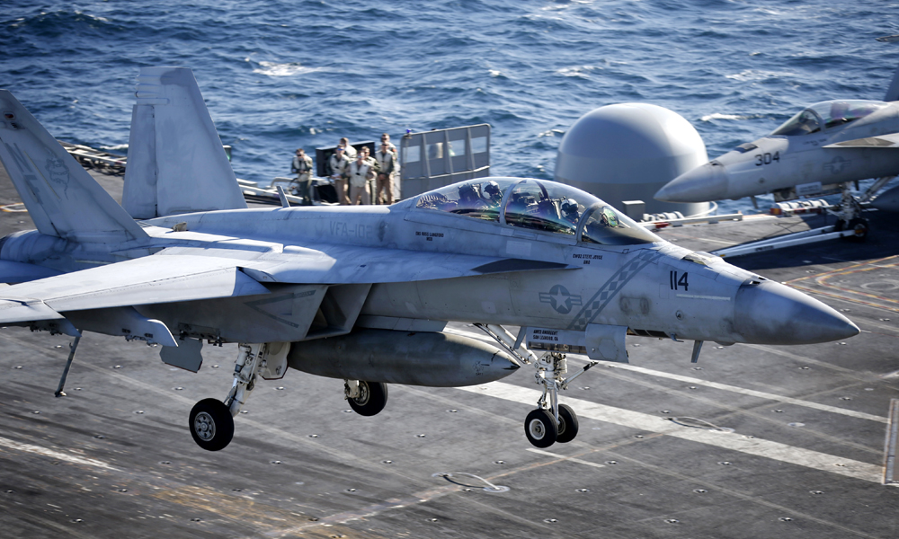 A U.S. Navy F/A-18 Super Hornet fighter lands onto the deck of the USS Ronald Reagan, a Nimitz-class nuclear-powered super carrier, during a joint naval drill between South Korea and the U.S. in the West Sea, South Korea, Oct. 28, 2015. [File Photo: AP/Kim Hong-Ji]