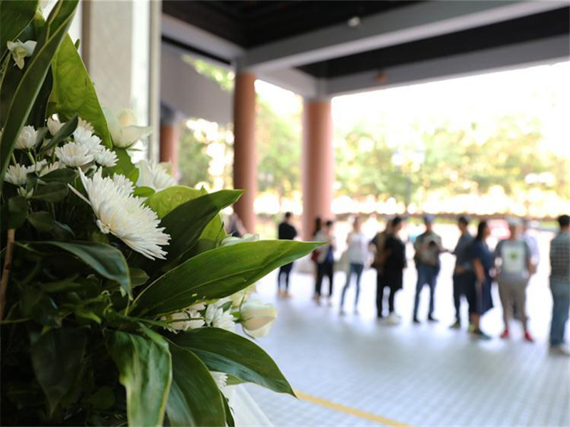 Readers offer condolences outside Jin Yong Gallery