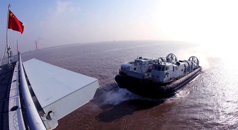 Dock landing ship Yimengshan conducts training in East China Sea