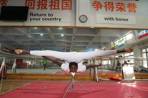 African students study Chinese acrobatics in free exchange program