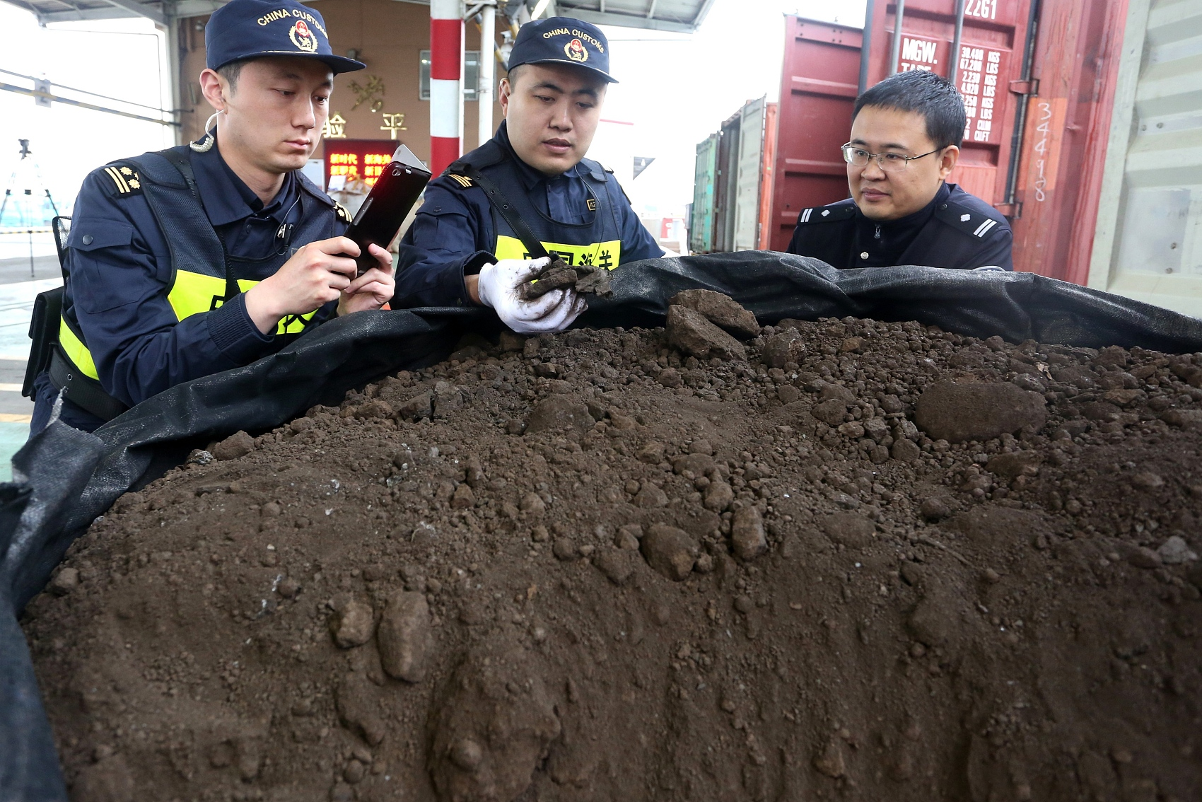 China arrests 576 suspects on charges of solid waste smuggling in Jan-Oct