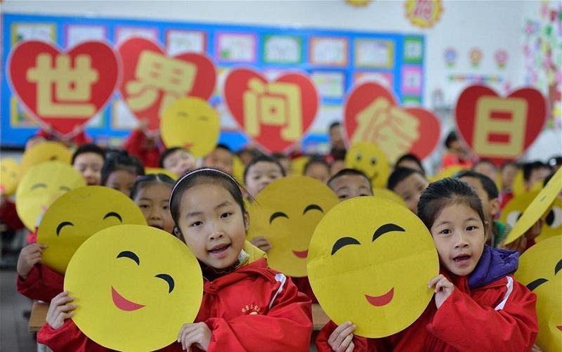 Chinese kids greet World Hello Day