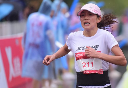 Flag-passing mishap triggers Chinese marathon runners appeal for professionalism