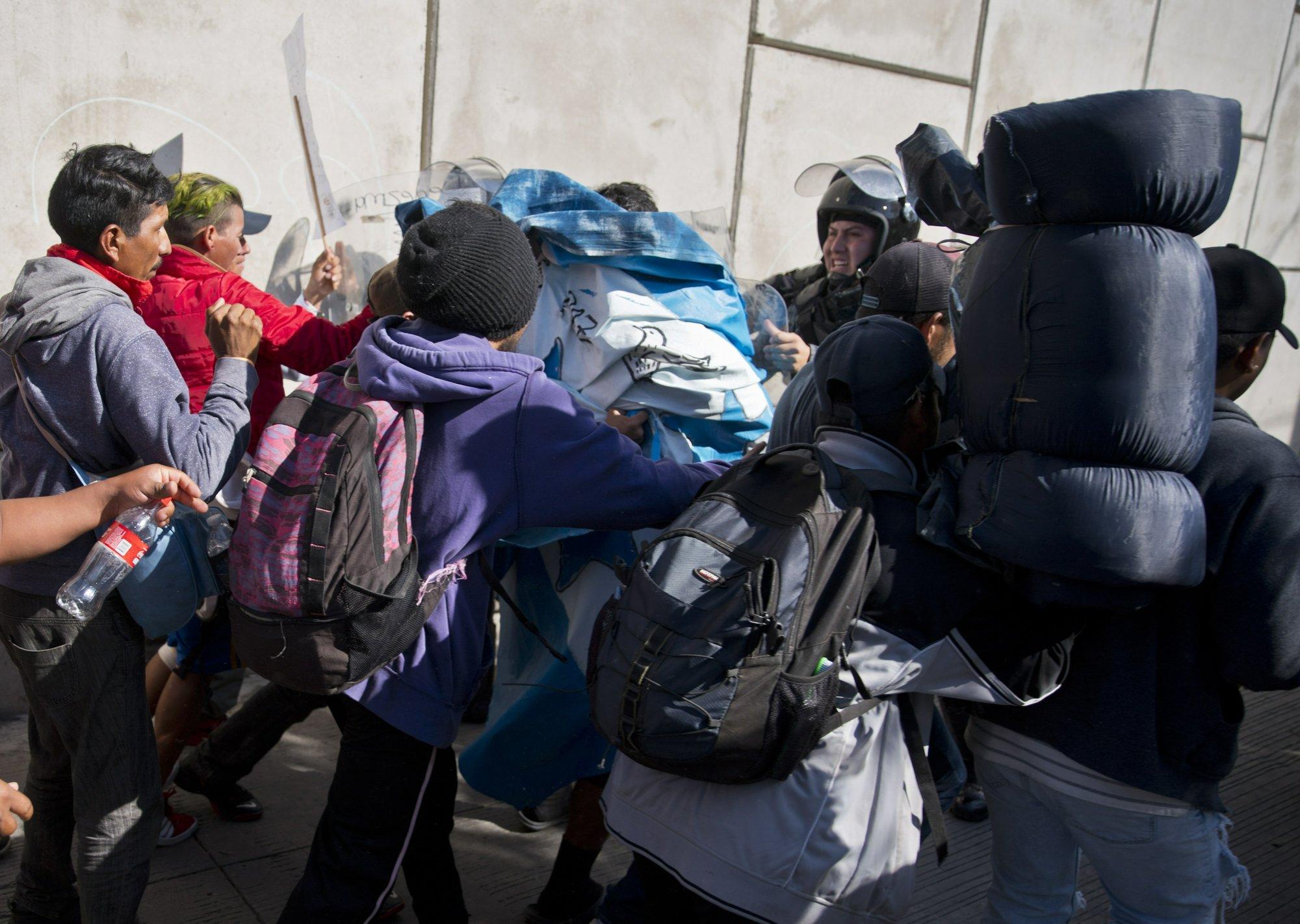 US agents shoot tear gas at migrants