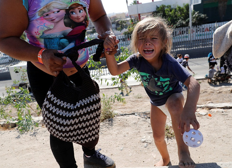 US shuts border post as migrants try to cross from Mexico