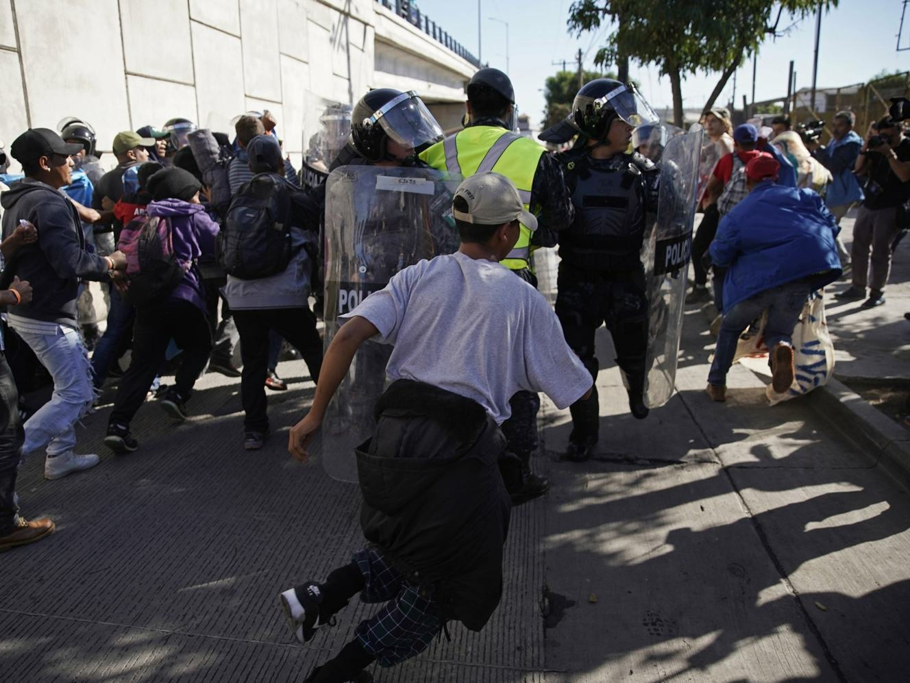 Mexico to deport migrants who rushed US border