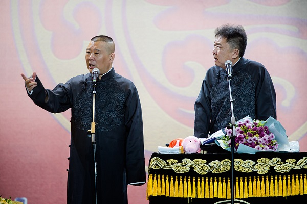 Popular Chinese crosstalk comedian brings laughter, happiness to London