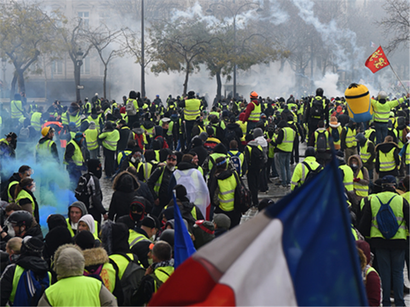 French protesters clash with police in Paris;  over 140 arrested