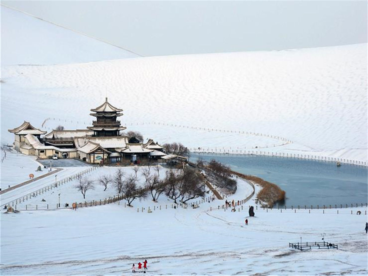 Snow makes China's Mingsha Mountain and Crescent Spring scenic spot more attractive