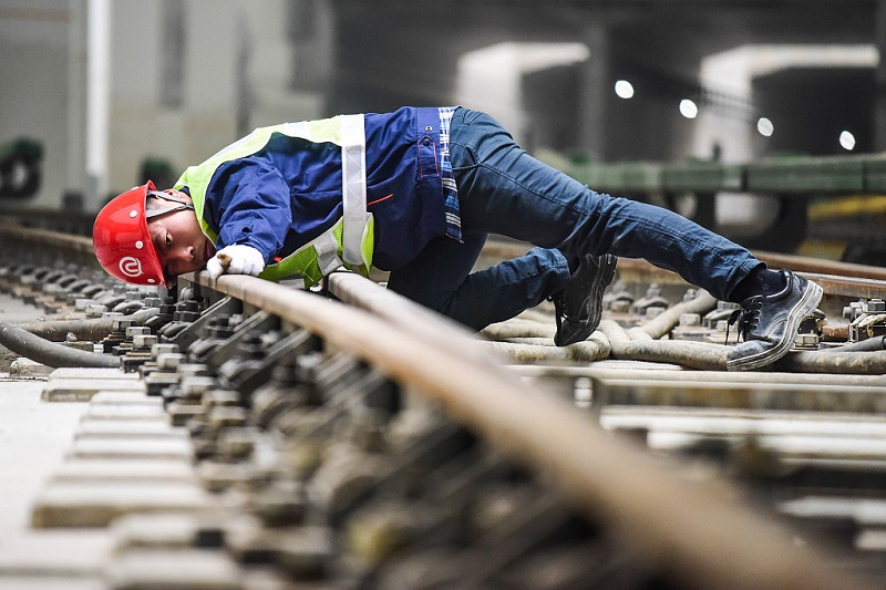 High responsibility, keen observation devoted to subway track maintenance in Qingdao, Shandong