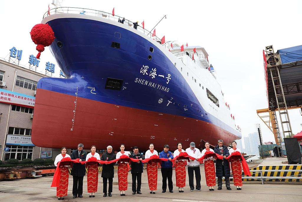 Submersible Jiaolong's new mothership takes to water in central China