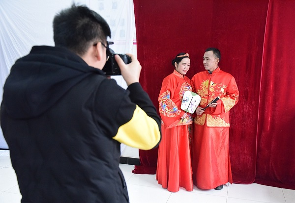 500 elderly couples take wedding photos for free in central China