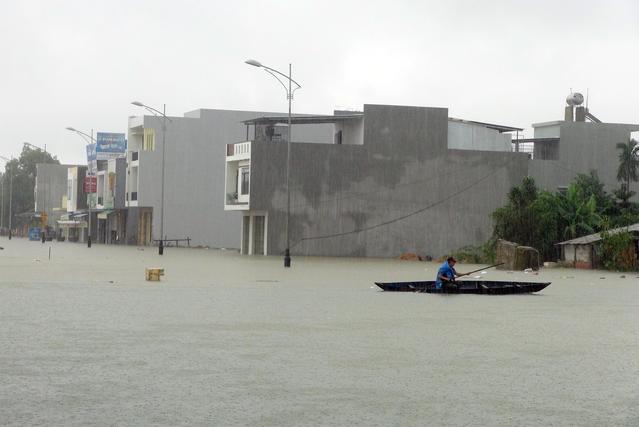 Floods kill 13 in central Vietnam