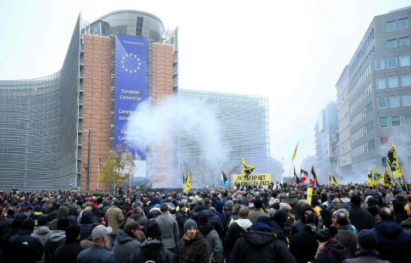 Thousands of demonstrators march in Brussels over UN migration pact