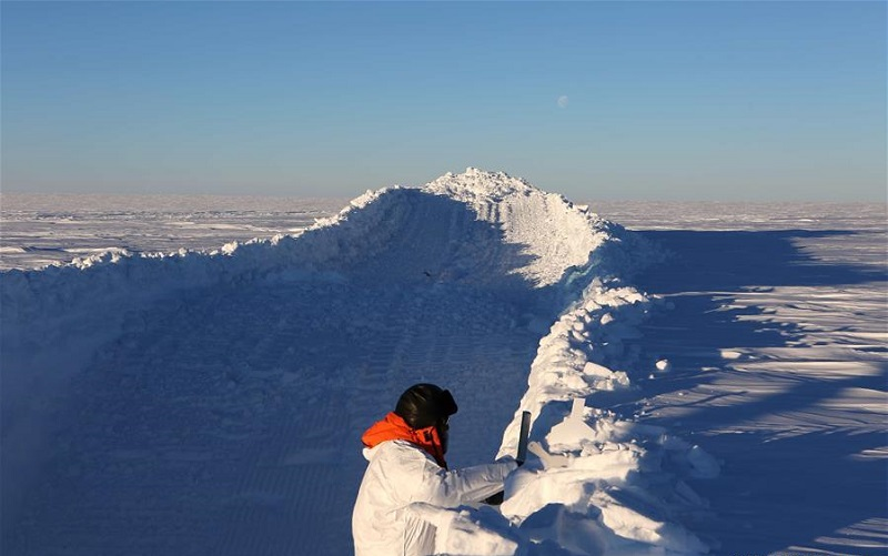 China's Antarctic expedition team takes sample from snow pit