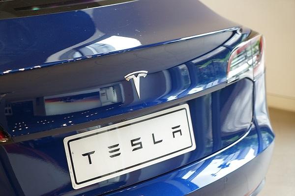 Tesla cuts China prices on key model