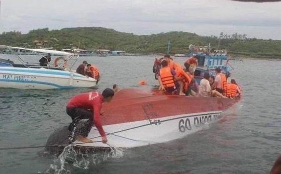Canoe capsizes in Vietnam, killing 2