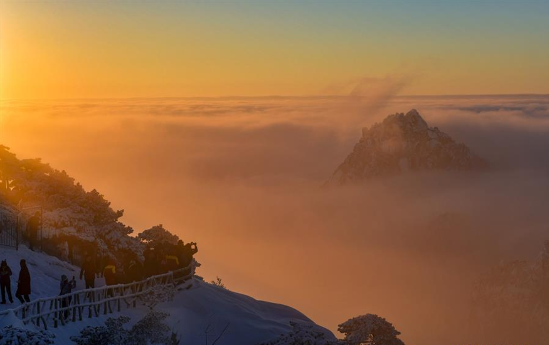 Visitors watch sunrise and clouds on Huangshan Mountain in East China