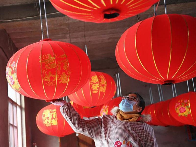 Villagers work in lantern workshop in North China