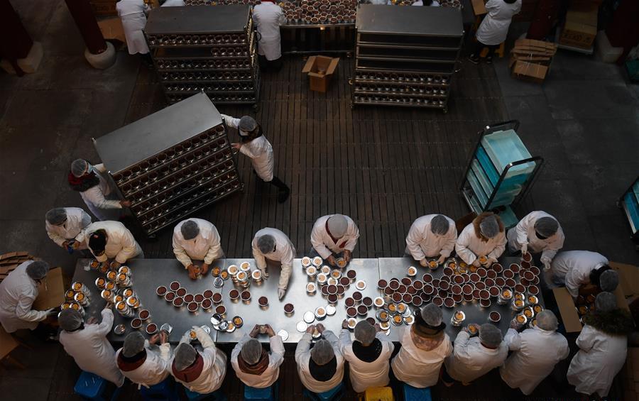 Lingyin Temple in Hangzhou starts to make traditional Laba porridge