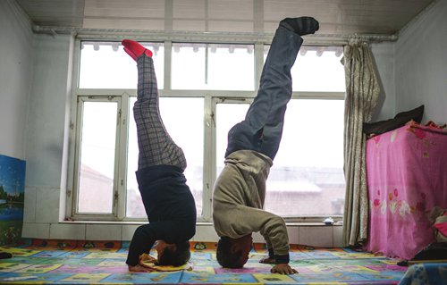 Elderly residents' health and spirit greatly improved in China's No.1 yoga village