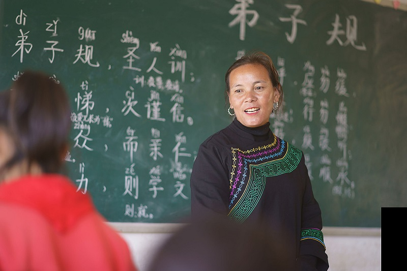 Yi minority teacher sponsors school with her marriage dowry
