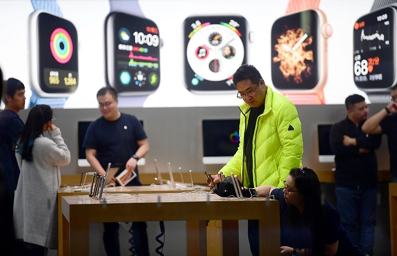 Apple fights back locally with price cut