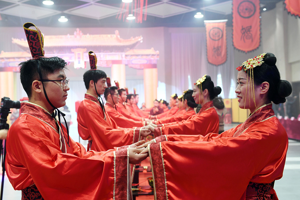 Anhui couples participate in traditional Han group wedding