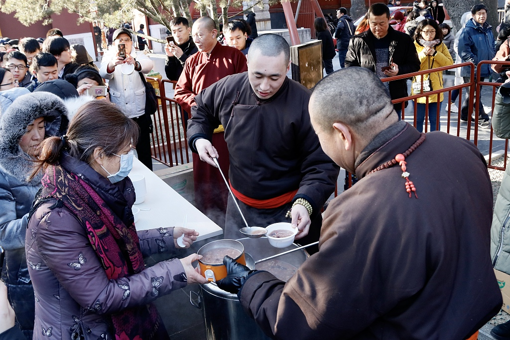 People across China line up for Laba porridge in temples on Laba Festival
