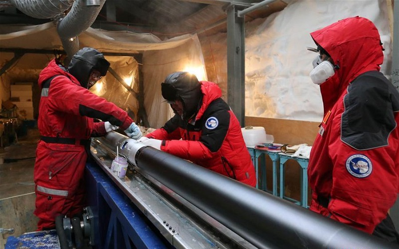 China's 35th Antarctic expedition team works at Kunlun Station