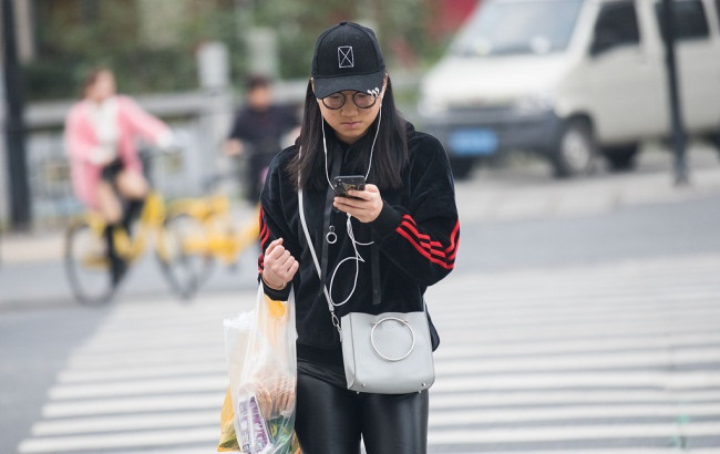 Pedestrians fined for watching smartphone when crossing street