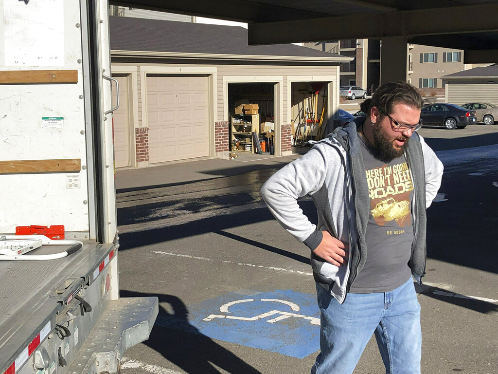 Federal workers take on odd jobs to make ends meet