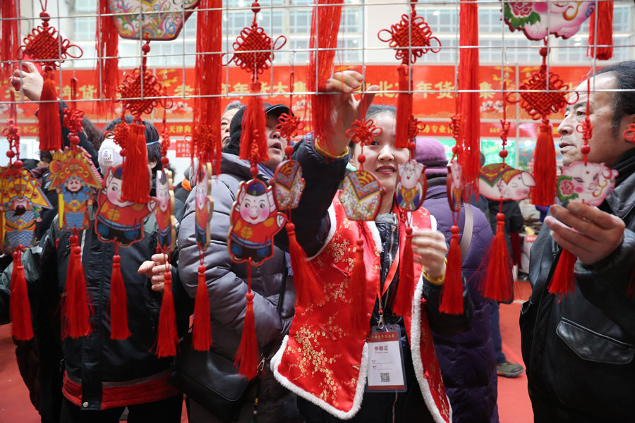 People buy goods for Spring Festival