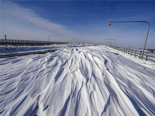 Gale on highway in Maytas, NW China's Xinjiang