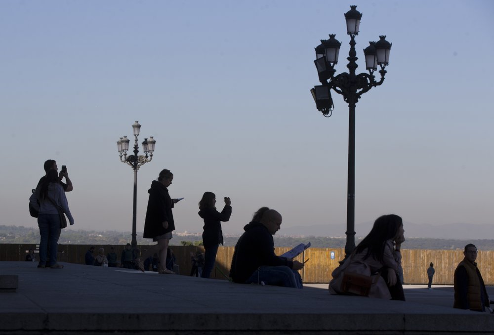 Spain draws record number of tourists, visitor spending up