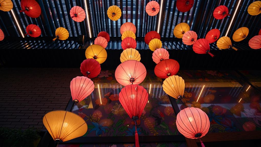 Spring Festival on the corner, lanterns raised