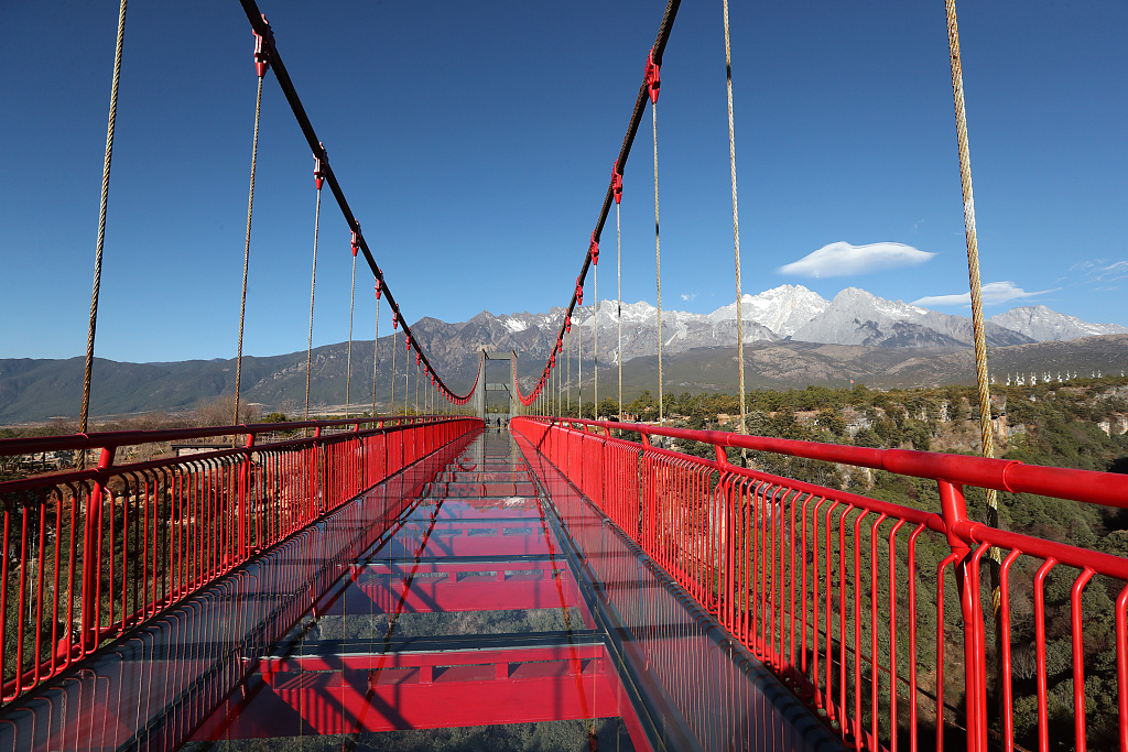 See through suspension bridge in Yunnan become photo hotspot