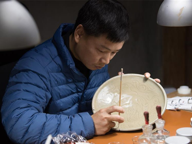 Man dedicated to revive traditional lacquer art in E China