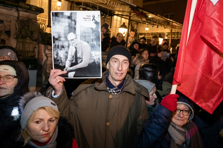 Poland bids emotional farewell to murdered mayor